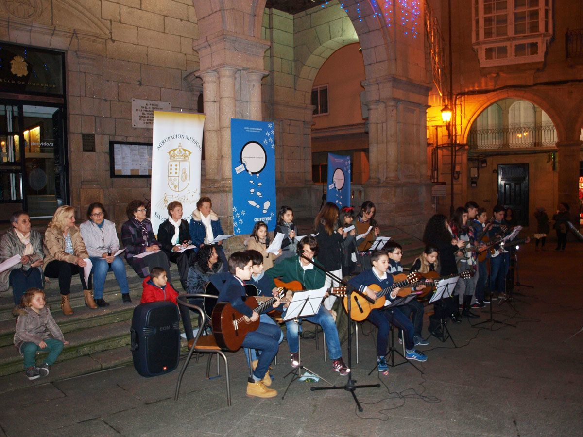 Voces Amigas congregou a un animado público na Praza Maior durante o concerto de Nadal do CCA