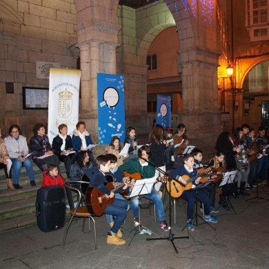 Voces Amigas congregou a un animado publico na Praza Maior durante o concerto de Nadal do CCA